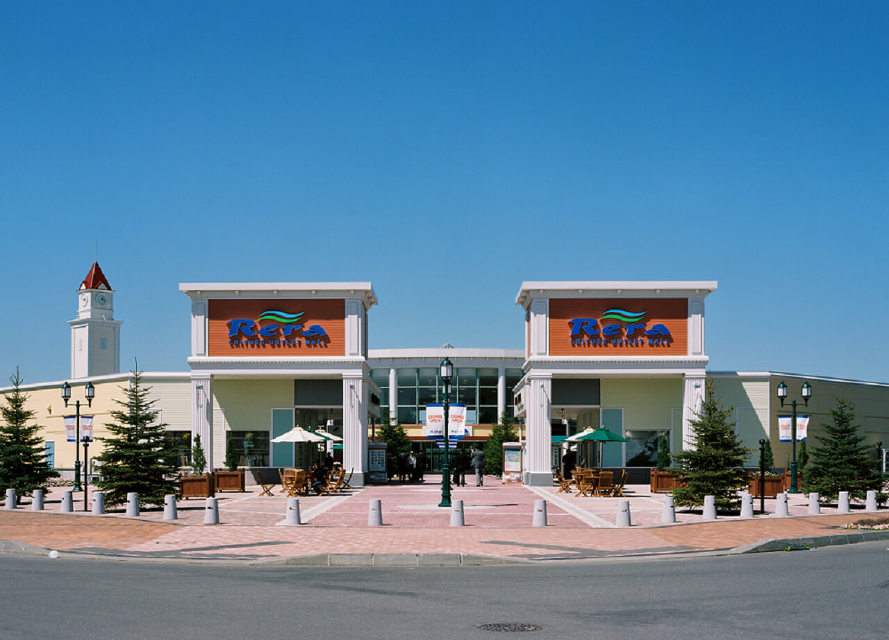 An Open-Air Mall Located Only Minutes from the Airport