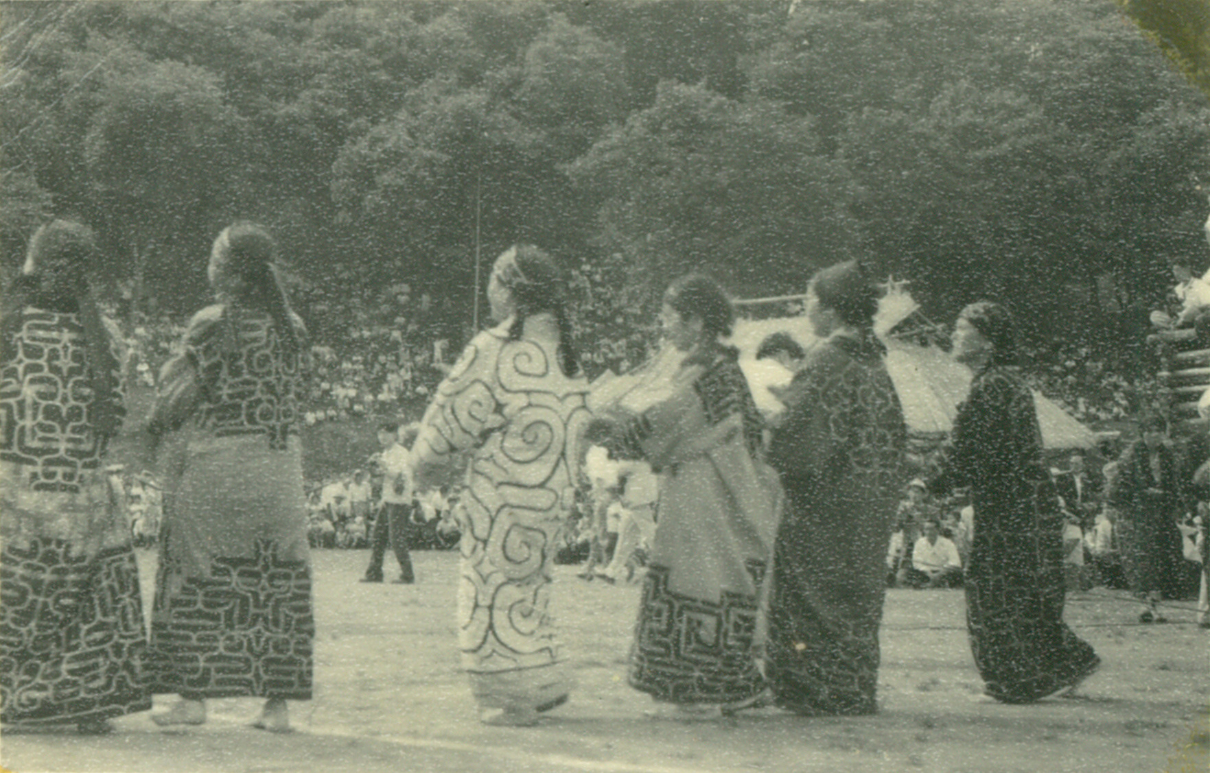 Iomante (a ritual in which animals such as bears are sacrificed in order to send kamuy back to the kingdom of the gods) held in Honcho, Biratori in 1957. ©︎Nibutani Ainu Culture Museum