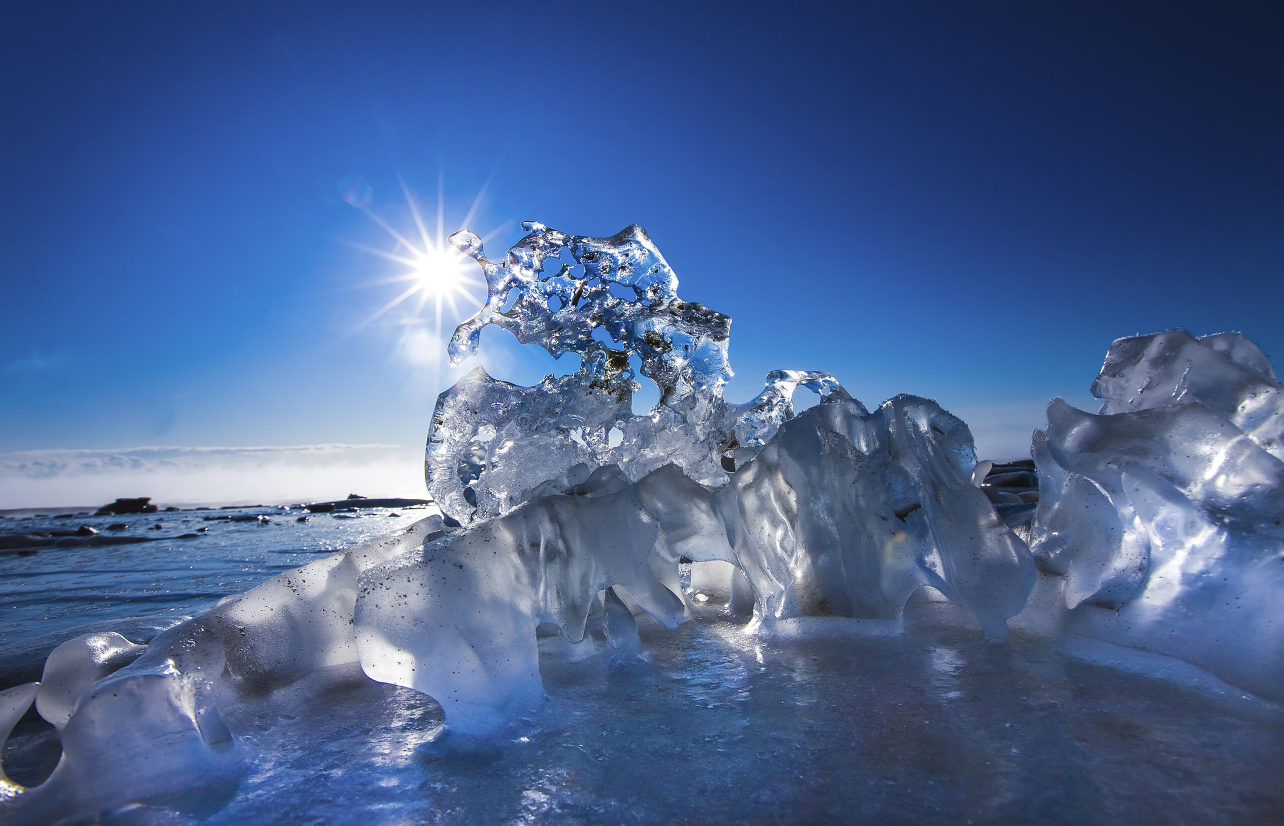 In early February, when the sun rises, the cloudless blue sky can be seen through the ice. When shooting jewelry ice, Kishimoto recommends an 11-mm ultra-wide-angle lens suitable for interior photography. ⒸKishimoto Hideo