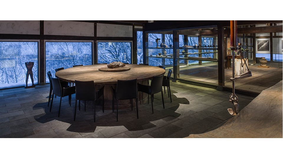 Somoza features a gallery, restaurant and tearoom, and is also open to guests that are not staying at Zaborin. The gallery features items from his collection of Japanese art and antiquities, with the main focus being on Hokkaido.