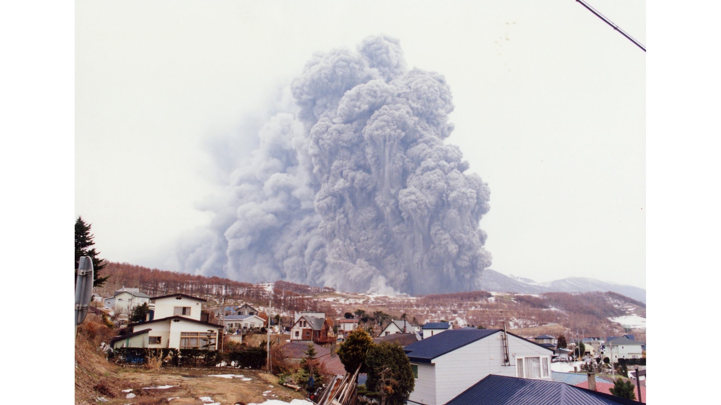 Mt. Usu when it erupted in 2000. As premonitory earthquake symptoms were occurring, visitors and local residents were able to evacuate resulting in no human damage. photo: Toya-Usu UNESCO Global Geopark Council
